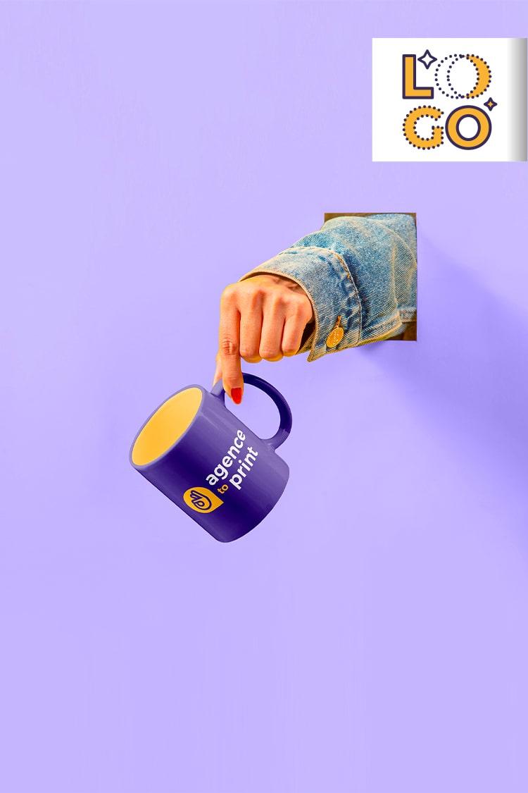 image représentant une personne tenant une tasse avec un logo